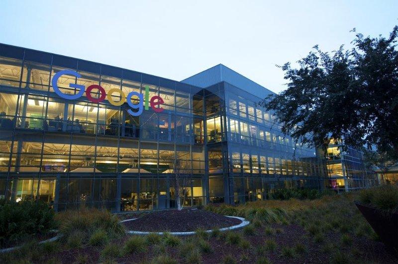 Офис компании Google вечером картинка