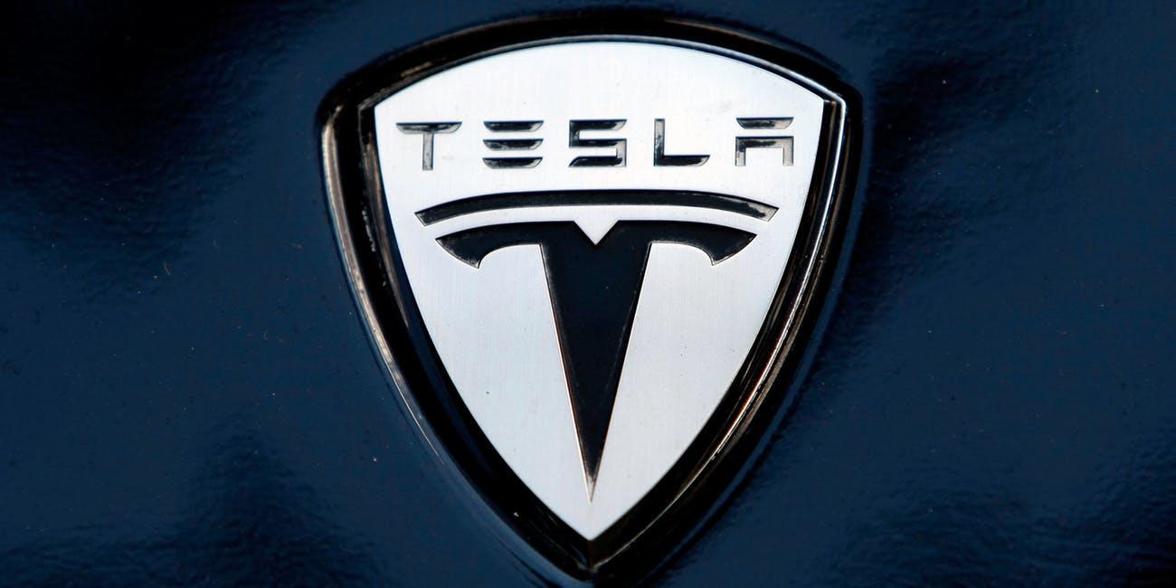 Директор Tesla Антонио Грасиас продал свои акции и потерял миллион